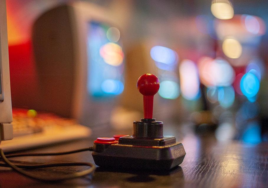 Videopelivedonlyönti-101-vinkkejä-ennen-kuin-lyöt-vetoa-punainen-joystick